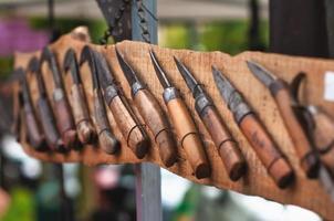 Facas velhas com cabo de madeira em exposição foto