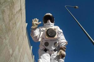 astronauta futurista em um capacete contra paredes cinza foto