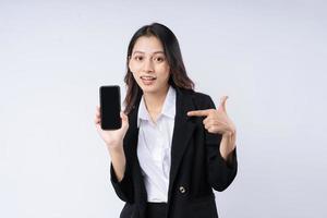 retrato de uma jovem empresária vestindo um terno, isolado no fundo branco foto