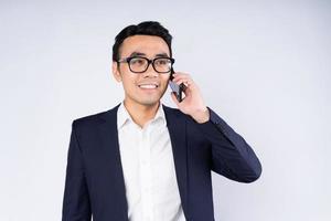 retrato de homem de negócios vestindo terno, isolado no fundo branco foto