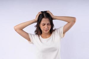 retrato de mulher asiática com dor de cabeça isolada no fundo branco foto