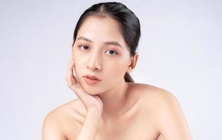 mulher jovem e atraente asiática com pele jovem. cuidados faciais, tratamento facial, pele de beleza de mulher isolada no fundo branco. cosmetologia, beleza da pele e conceito cosmético foto