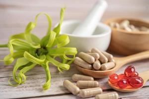 cápsula orgânica à base de ervas da medicina alternativa, droga com suplementos naturais da folha de ervas para uma vida boa e saudável. foto