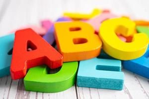 Alfabeto inglês colorido de madeira para a aprendizagem escolar de educação. foto