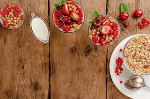 granola com frutas frescas em fundo de madeira, copie o espaço. conceito de café da manhã e dieta saudável foto