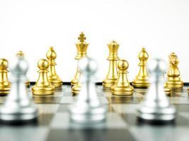 ouro e prata rei e cavaleiro de xadrez configurados em fundo branco. conceito de líder e trabalho em equipe para o sucesso. conceito de xadrez salve o rei e salve a estratégia foto