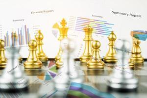tabuleiro de xadrez de dupla exposição versus gráfico de finanças, conceito de estratégia financeira, conceito de negócios foto