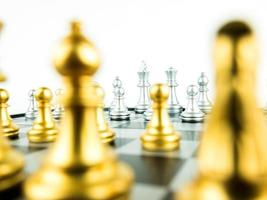 ouro e prata rei e cavaleiro de xadrez configurados em fundo branco. conceito de líder e trabalho em equipe para o sucesso. conceito de xadrez salvar o rei e salvar a estratégia. foto
