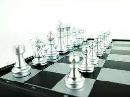 figuras de xadrez de prata a bordo para o início do jogo, esporte intelectual e jogo tático foto