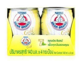 Bangkok, Tailândia - 30 de janeiro de 2019, produtos lácteos com baixo teor de gordura exibem chá branco dourado da marca na Tailândia foto
