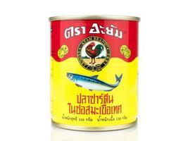 Bangkok, Tailândia - 30 de janeiro de 2019, foto editorial lata de sardinhas da marca ayam isolada no fundo branco