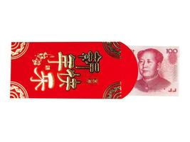 notas de dinheiro em chinês ou 100 yuan em envelope vermelho isolado no fundo branco, texto em chinês no envelope significando feliz ano novo chinês, traçado de recorte foto