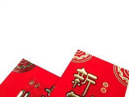envelope vermelho isolado no fundo branco para presente ano novo chinês. texto chinês no envelope significa feliz ano novo chinês foto