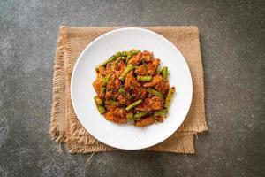 mexa a carne de porco frita e a pasta de curry vermelho com o feijão-frade foto