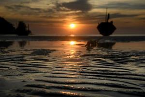 linha de areia da praia com hora do pôr do sol. foto