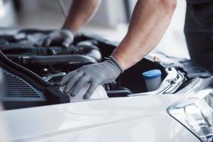 mecânico de automóveis trabalhando na garagem. serviço de reparo foto