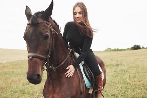 menina bonita - andar a cavalo, esporte equestre na primavera foto