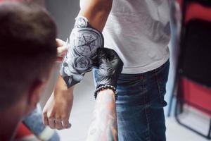 o tatuador faz o desenho para seu cliente foto