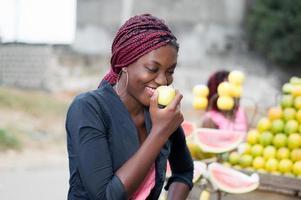 jovem sorridente comendo uma maçã. foto