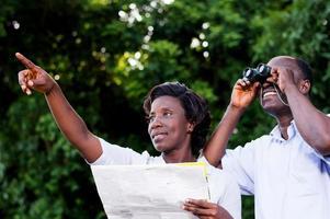 jovem casal feliz na campanha de turismo. foto