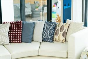 decoração de travesseiros em um sofá em uma sala de estar foto