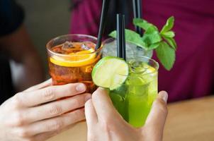 aperitivo com amigos foto