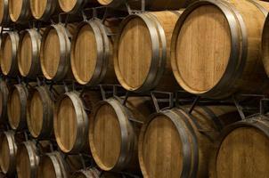 barris de vinho na adega foto