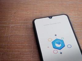 elevate - tela inicial do aplicativo de jogos de treinamento cerebral com logotipo na tela de um smartphone móvel preto sobre fundo de madeira foto