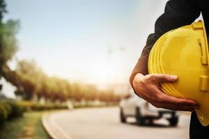 trabalhador engenheiro de arquitetura segurar capacete de segurança para construção foto