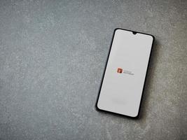 autodesk sketchbook - desenhe e pinte a tela inicial do aplicativo com o logotipo na tela de um smartphone móvel preto sobre fundo de pedra de cerâmica foto