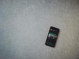 caderno de esboços da autodesk - desenhe e pinte a página da app play store na tela de um smartphone móvel preto sobre fundo de pedra de cerâmica foto