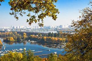 vista panorâmica do distrito podil e do rio dnipro em kyiv no outono foto