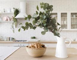 decoração de plantas, mesa, cozinha moderna e bem iluminada foto