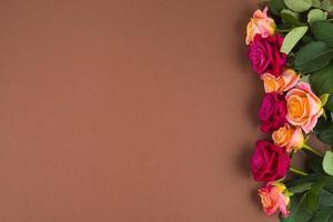 flores rosas emoldurando um lado foto