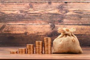 moedas empilhadas mostram o crescimento da receita, ações de investimento, economias foto