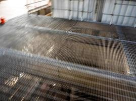 movimento manchado da passarela de grade de metal na fábrica foto