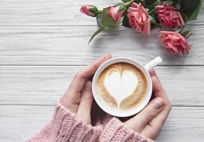 mulher segurando a xícara de café foto