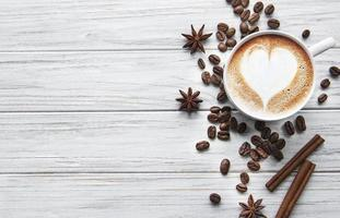 uma xícara de café com padrão de coração foto
