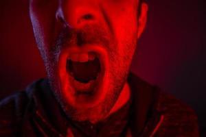 homem com expressão facial de raiva gritando alto foto