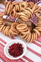 bagels e bagels secos em uma mesa foto