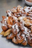 deliciosos pãezinhos - pretzels polvilhados com pó foto