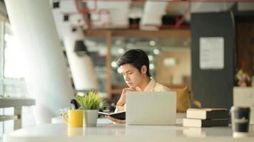 jovens empresários estão lendo registros de trabalho em escritórios modernos e equipamentos de escritório. foto