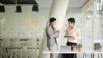 dois jovens empresários planejam trabalhar para o próximo ano em um escritório moderno. foto