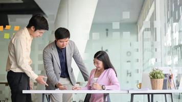 nova geração de equipe de jovens negócios está planejando o próximo ano em um escritório moderno. foto