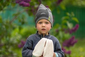 lindo menino com rosto de criança posando fotógrafo foto