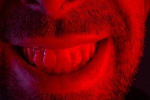 macro close-up no homem com expressão facial sorridente e feliz foto