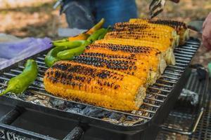 milho e pimenta verde são cozidos na grelha foto