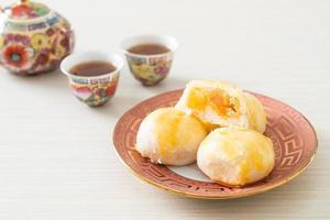 pastelaria chinesa bolo lunar com ovo salgado de amendoim ou rolinho primavera com nozes e ovos salgados foto