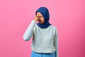 retrato de uma jovem asiática parecendo tonta e com dor de cabeça foto