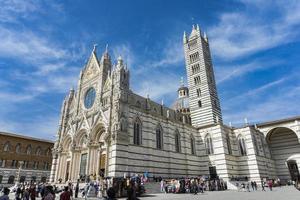 siena, itália, 8 de abril de 2018 - pessoas não identificadas em frente à catedral de siena, itália. é uma igreja mariana católica romana medieval agora dedicada à assunção de Maria. foto